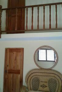 La entrada o puerta de la habitación tiene una anchura mínima de 81 cm.
