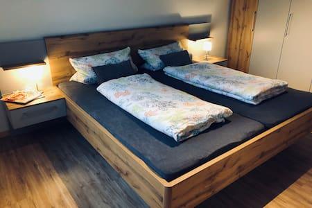 Schlafzimmer auf derselben Ebene wie das gesamte Apartment .
