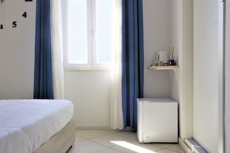 Spazio tra letto e porta del bagno di 120 cm