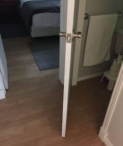 La salle de bain est juste attenante à la chambre