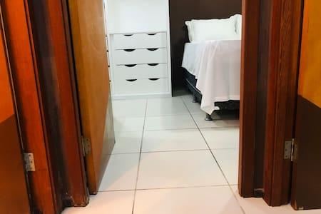 Entrada do quarto sem obstáculos e degraus.