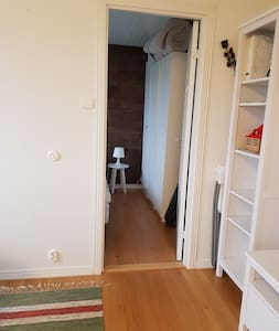 Dörren till sovrummet är 71 cm bred.