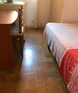 Distancia desde cama a escritorio. 85 CM