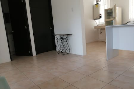 Es plano el acceso a la recámara, baño, cocina y estancia.