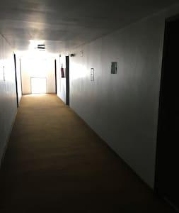 Amplo corredor de acesso ao apartamento