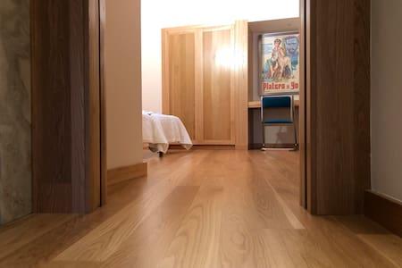 Puerta ancha de acceso al dormitorio