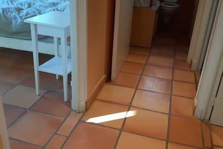 A gauche accès chambre 1 depuis le couloir partant de la pièce de vie