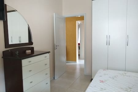 Não tem degraus na entrada dos quartos, porta de 80 cm