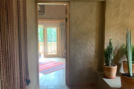 Si bien el ingreso a las habitaciones es plano, ambas se encuentran en segundo piso, y hay escaleras para subir