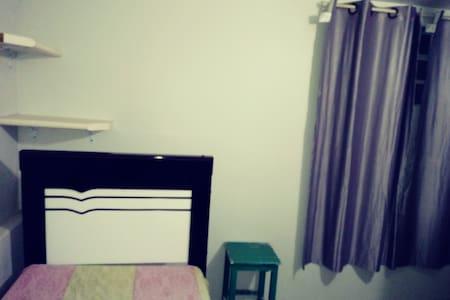 cama com suporte sobre cabeceira