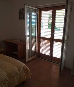 la camera è a pianterreno come il resto della casa e da direttamente al giardino