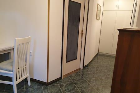 ulazna vrata u sobu su tapecirama sa teksilom radi buke i slično