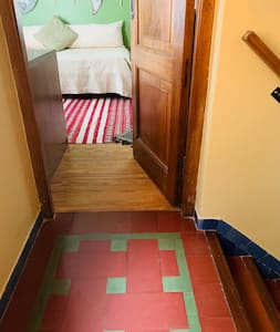Acceso a habitacion en primer piso por escalera