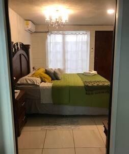 Puerta amplia y superficie plana para ingresar a la habitación