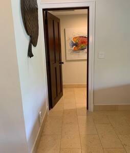 Entrada a la Habitación Principal en Planta Baja