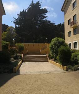 Para pasear dentro del condominio está la opciónde uso de pequeñas escalas de 3 o 4 peldaños  o realizar la caminata por terreno plano más largo