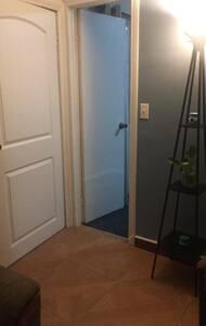 Recámara alfombrada, la entrada mide 60 cm ( 2 pies)