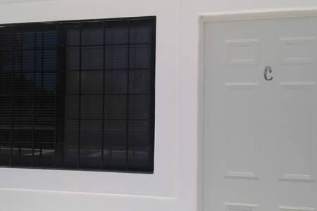 Puerta de acceso a la habitación, misma que tiene un ancho mayor a 81 centímetros, sin escalones que impidan la circulación.