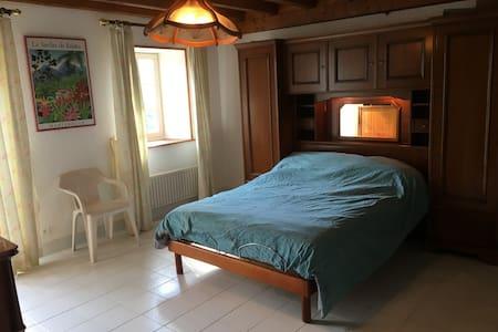 Giường có chiều cao phù hợp với người khuyết tật