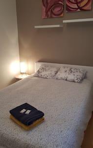 un large espace autour du lit. Un dressing avec cintres un bureau et une chaise.  1 table de nuit avec lampe de chevet