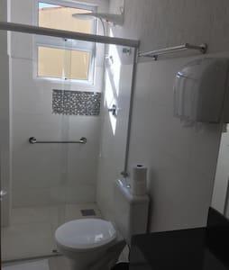 Bom do chuveiro com barra de apoio.