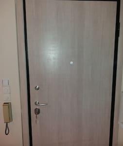 Η  όψη της πόρτας από το εσωτερικό του διαμερίσματος