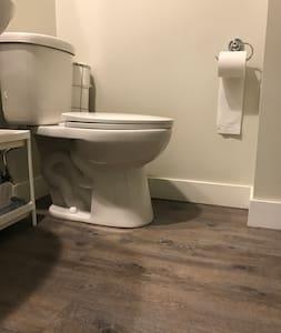 Nhà vệ sinh có chiều cao phù hợp cho người khuyết tật