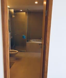 Extra utrymme runt toaletten