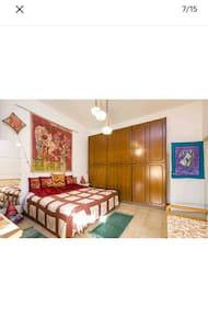 ampia camera matrimoniale con molto spazio intorno al letto vista parco