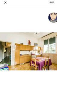 accesso cucina senza scalini con apertura porta superiore a 81 cm