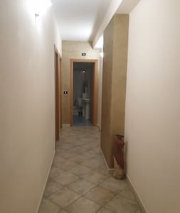 foto del corridoio, dove è possibile osservare l'assenza di eventuali scalini  all'ingresso del bagno e altre camere