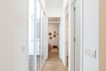 entrada ancha y plana para todos los dormitorios.