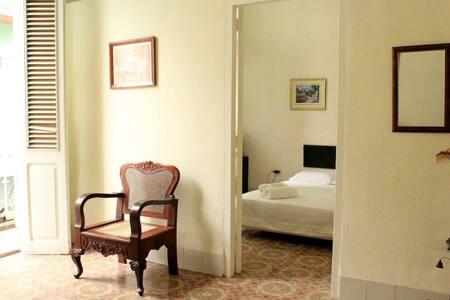 La puerta de entrada a la habitación tiene 0.95 centímetros