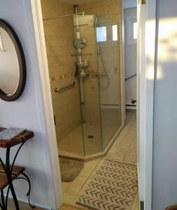 Pas de marches pour accéder à la salle de bains, et l'accès est plat pour y entrer. No steps to access the bathroom, and the access is flat to get in.