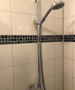 Die Dusche verfügt über eine abnehmbare Handbrause