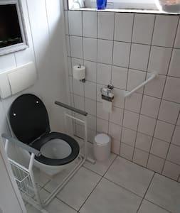 Pevné držadlá na WC