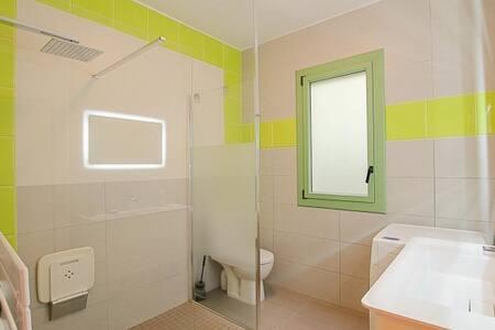 Espacio adicional alrededor de la ducha
