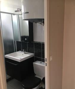 Salle d'eau : douche, wc et lave linge