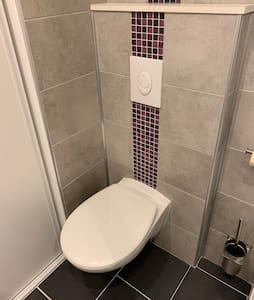 Espaço extra à volta da sanita
