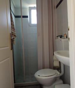 Μπάνιο με όλες τις απαραίτητες προδιαγραφές .