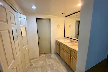 Vestidor y puerta baño