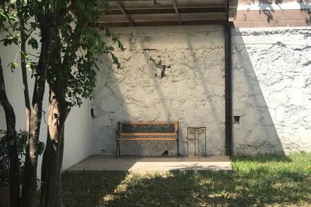 Patio grande y agradable, es una casa de una planta , ideal para familias con niños o personas mayores.