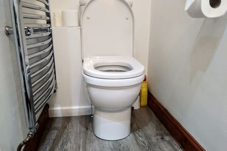 The toilet seat height is 17 inches/43 cm.