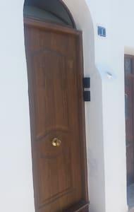 Entrada principal al edificio con caja de seguridad para su recojida de llaves para entrada independiente,asin no nos esperamos uno a otro,mas comodo para el huesped y rapido..yo doy instrucciones para la recojida de las llaves..