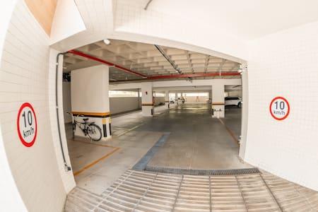 Não há degraus ou escadas entre a garagem e o elevador.