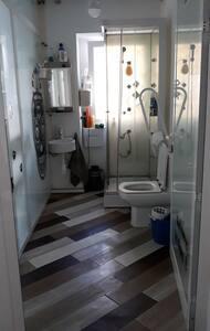 Baño adaptado para silla de rueda. Ducha no es adecuada para silla  de rueda.