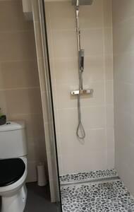 salle d'eau équipée d'une vasque  d'un  wc  et d,'une douche à l'italienne