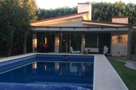 Toda la casa es de un piso y la alberca cuenta con paneles solares.