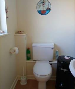 Toilet dengan tinggi aksesibel
