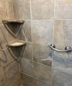 Faste støttebøyler til dusjen